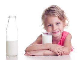 il bambino beve il latte foto