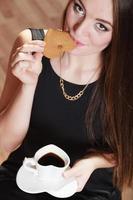donna allegra che beve caffè foto