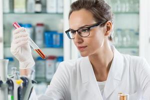 scienziato che analizza liquido chimico foto