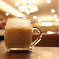bere un caffè ghiacciato nella caffetteria foto