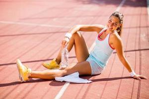 acqua potabile sportiva giovane donna foto