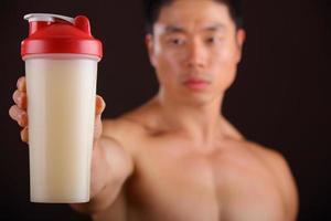 stretta di bevanda proteica foto