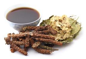 medicina di erbe cinese con bevanda foto