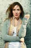 giovane donna fresca sul muro foto