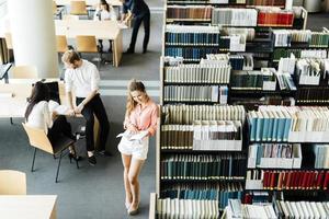 gruppo di studenti che studiano in una biblioteca foto
