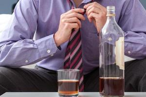 bere dopo il lavoro dell'uomo d'affari foto