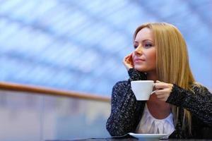la donna beve il caffè foto