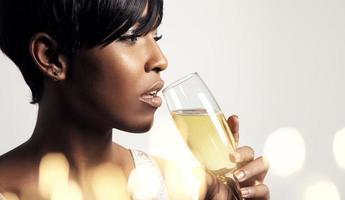 donna che beve dal bicchiere di champagne foto