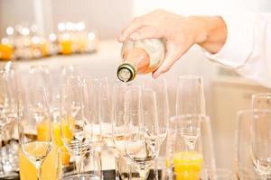 bevande servite da un cameriere foto