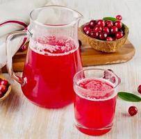 bevanda del mirtillo rosso su fondo di legno