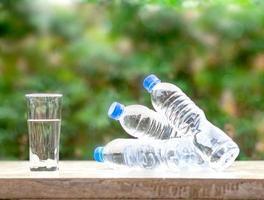 bottiglia di plastica acqua fresca da bere foto