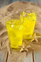 bevande su sabbia e tavole foto
