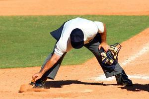 pulizia dell'arbitro di baseball foto