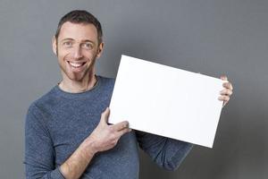 uomo sorridente 40s godendo di fare una pubblicità foto