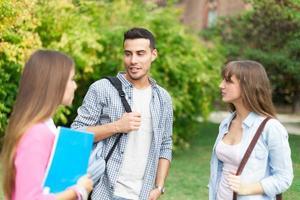 studenti che parlano in un parco foto