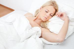 giovane bella donna che dorme foto