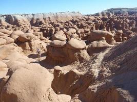 donna che fa un'escursione nella valle del folletto, Utah foto