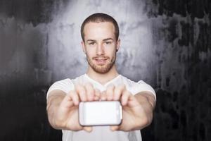 uomo con lo smartphone in mano foto