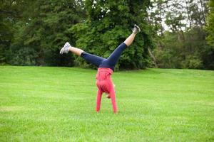 donna che fa un cartwheel foto