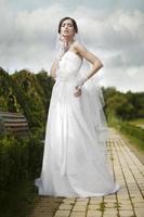 giovane bella sposa all'aperto foto