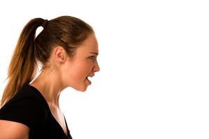 la giovane donna arrabbiata grida in un copyspace foto