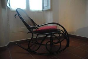 vecchia sedia a dondolo in legno foto