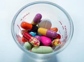 molte pillole colorate