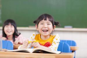 bambini felici che studiano in un'aula foto