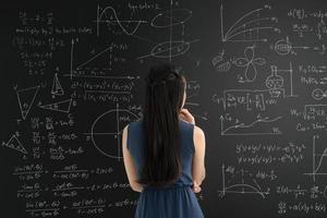 lavagna con grafici e formule