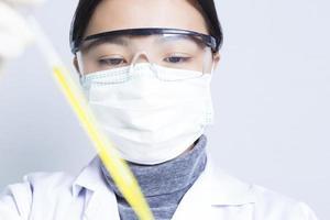 scienziata: ricercatrice che tiene una soluzione liquida