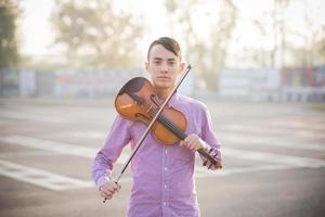 giovane pazzo musicista divertente violinista uomo asiatico foto
