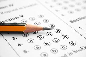 foglio di risposta di prova a scelta multipla con matita affilata foto