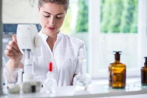 tecnico di laboratorio che fa esperimento di chimica foto