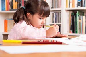 ragazza che fa i compiti a casa foto