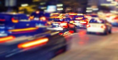 velocità del traffico sulla strada di notte foto