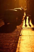sagome che camminano per una strada