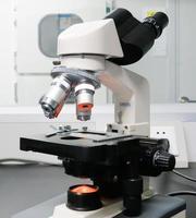 microscopio isolato su bianco con tracciato di ritaglio foto