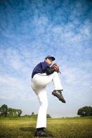 lanciatore di baseball pronto per il lancio foto