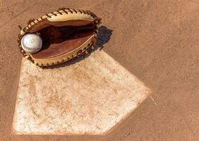 guanto da baseball a casa base foto