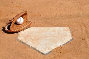 baseball nel guanto a casa piatto foto