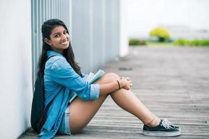 ragazza seduta sul pavimento foto