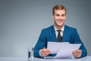 giornalista sorridente durante la trasmissione foto