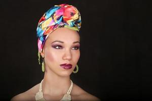 donna afroamericana con illuminazione drammatica sul nero foto
