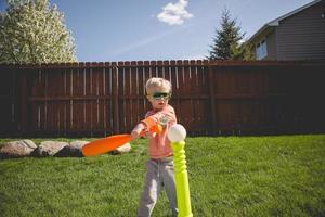 ragazzo che gioca a t-ball foto