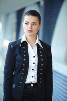 giovane donna d'affari nel corridoio foto