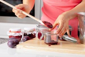 assaggiando la marmellata fatta in casa foto