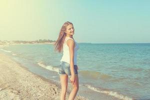 giovane ragazza allegra sul mare foto