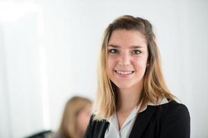 donna allegra giovane business in piedi foto