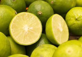 gruppo di limoni in un cestino. foto