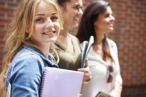 gruppo di studenti in cammino verso la classe foto